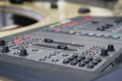 在生活电视演播期间的音频搅拌器瘤 库存图片