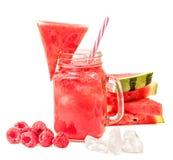 在用切片装饰的金属螺盖玻璃瓶的西瓜圆滑的人西瓜、莓和在白色背景隔绝的冰块 f 库存图片
