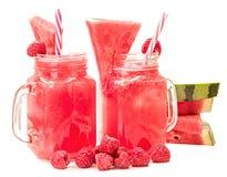 在用切片装饰的金属螺盖玻璃瓶的西瓜圆滑的人西瓜、莓和在白色背景隔绝的冰块 f 免版税库存照片
