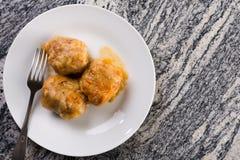 在用剁碎充塞的供食的圆白菜上的平的位置在灰色花岗岩bacground桌上 免版税图库摄影
