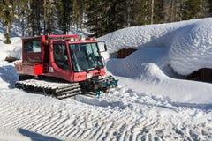 在用在Krkonose山的雪报道的冬天山A红色雪tucker的红色ratrak snowcat 红色过雪车, 库存照片