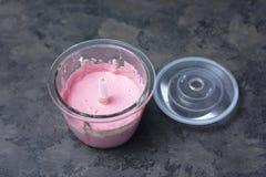 在用奶油奶酪和莓果-做的搅拌器的莓果奶油甜点 库存照片