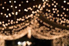 在用小电灯泡装饰的隧道的Bokeh光 库存照片