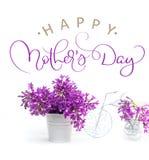 在用小自行车和文本愉快的母亲节装饰的白色背景的淡紫色花 书法字法手 库存照片