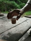 在用手整理的杯子的茶 免版税库存照片