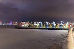 在用新年` s装饰装饰的一个冻湖的码头在市喀山 免版税库存照片