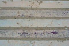 在用沙子盖的油漆的老木板条 库存图片