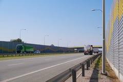 在用消音的盘区修造的一条快行路的汽车通行 噪声保护 免版税图库摄影