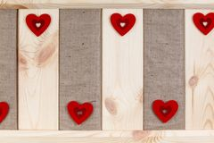 在用粗麻布报道的木背景,一张卡片的心脏为华伦泰` s天 图库摄影