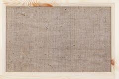 在用粗麻布报道的木背景,一张卡片的心脏为华伦泰` s天 库存图片
