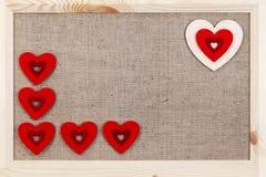 在用粗麻布报道的木背景,一张卡片的心脏为华伦泰` s天 免版税库存图片