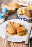 在用肉末sarma充塞的供食的圆白菜上的平的位置用煮熟的土豆 免版税库存图片