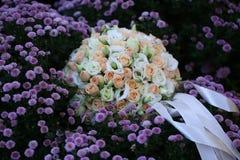 在用花装饰的草甸的婚礼花束 免版税库存照片