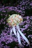 在用花装饰的草甸的婚礼花束 库存图片