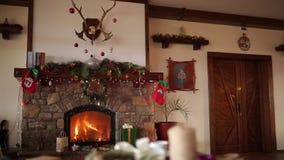 在用诗歌选光、花圈、长袜和礼物盒装饰的壁炉的火烧伤在平安夜 新年度 影视素材