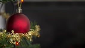 在用闪耀的闪亮金属片装饰的圣诞树的红色中看不中用的物品 免版税库存图片