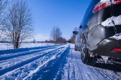 在用雪和冰盖的一条危险路的汽车。 免版税图库摄影