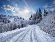 在用雪盖的山的路 免版税库存照片