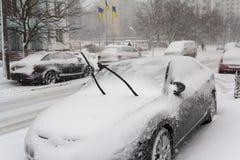 在用雪盖的路旁的停放的汽车 库存照片