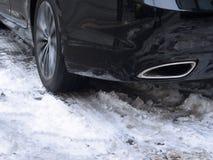在用雪盖的路的冬天轮胎 库存照片