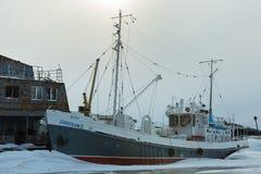 在用雪盖的冻湖运送在冬天晚上 免版税库存照片