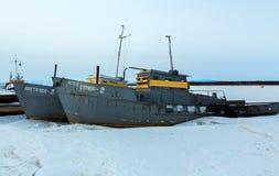 在用雪盖的冻湖运送在冬天晚上 库存照片