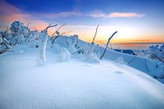 在用雪盖的Deogyusan山的日出在冬天,韩国 免版税库存照片