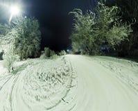 在用霜和雪盖的树的弯曲的路在胜利 图库摄影