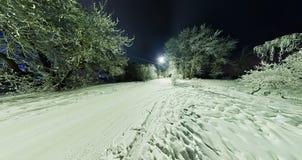 在用霜和雪盖的树的弯曲的路在胜利 库存照片