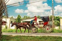 在用马拉的人骑马 免版税库存图片