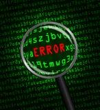 在用绿色计算机机器代码显露的红色的错误通过放大镜 免版税库存照片