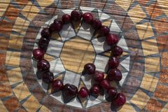 在用cherrys做的Q上写字形成字母表用果子 免版税库存图片