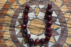 在用cherrys做的U上写字形成字母表用果子 免版税图库摄影