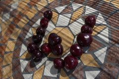 在用cherrys做的W上写字形成字母表用果子 免版税图库摄影
