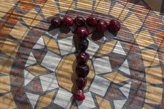 在用cherrys做T上写字形成字母表用果子 库存图片