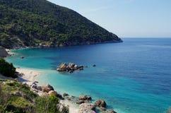 在田园诗和浪漫Vouti海滩, Kefalonia,爱奥尼亚人海岛,希腊海滩的美丽的景色  免版税库存图片