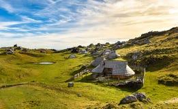 在田园诗小山Velika Planina的山村庄 免版税库存照片