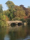 在田园诗河的乡下的桥梁 库存照片