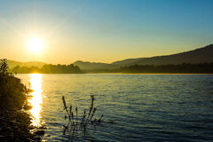 在田园诗河风景的夏天日出 库存图片