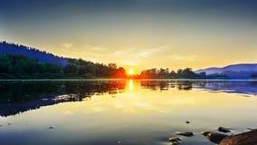 在田园诗河风景的夏天日落 免版税库存照片