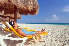 在田园诗海滩的放松 免版税库存照片