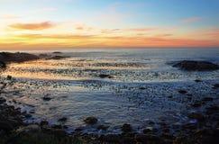 在田园诗海滩的日落在阵营海湾附近 库存图片