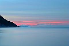 在田园诗热带海滩的日落 免版税库存图片