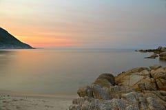 在田园诗热带海滩的日落 免版税库存照片