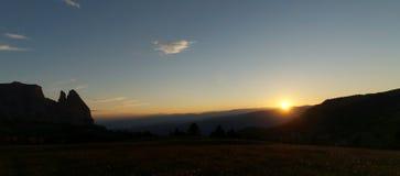 在田园诗阿尔卑斯风景的美好的日落 免版税库存照片