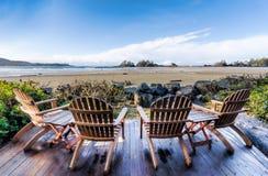 在甲板俯视的海滩的四把椅子 免版税库存照片