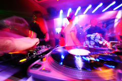 在甲板后的DJ在夜总会 免版税库存照片