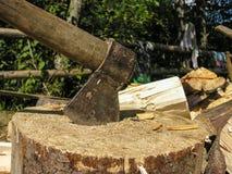 在甲板和木柴的轴 免版税图库摄影