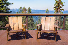 在甲板山景的椅子 免版税库存图片