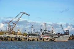在甲板的俄国海军水手工作 图库摄影